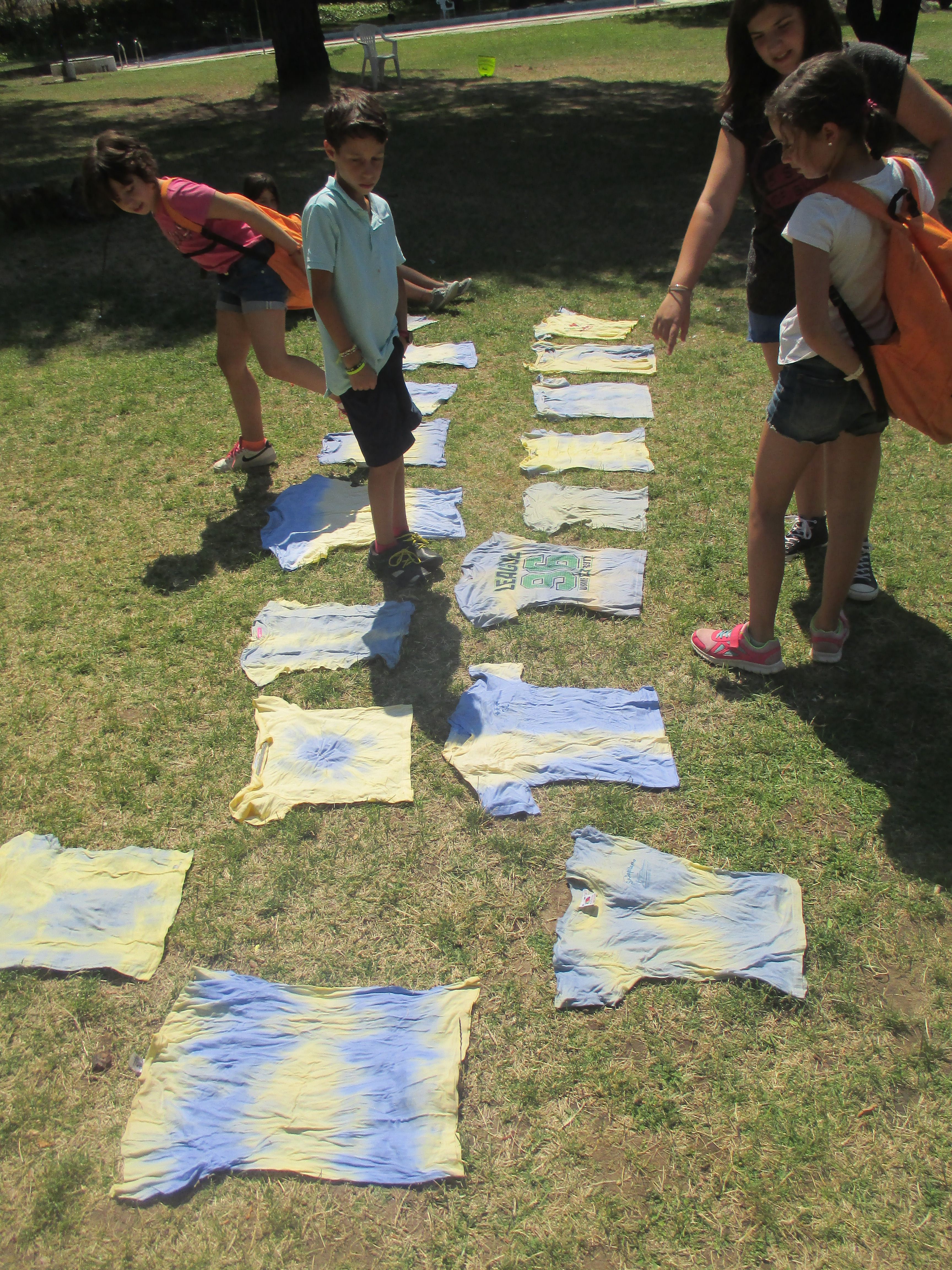 Tie Die Arts and Crafts at Family Camp Gredos